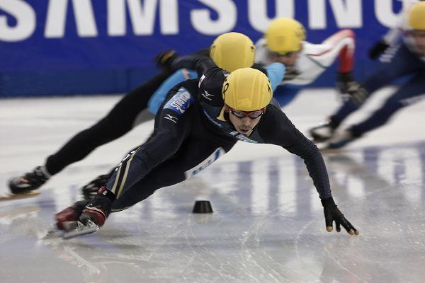 图文:短道速滑世界杯中国站 滑过弯道