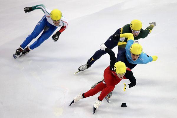 图文:短道速滑世界杯中国站 梁文豪在比赛中