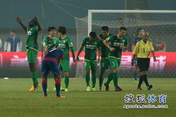 中超图:国安2-0申花 众将欢庆进球