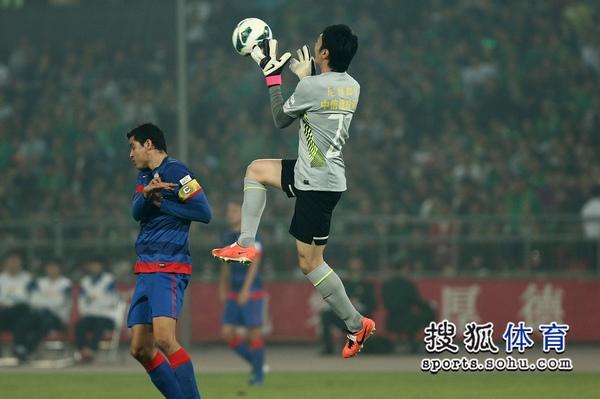 中超图:国安2-0申花 杨智跃起接球
