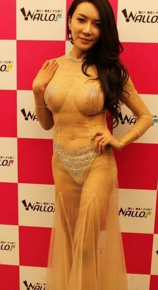 在穿一套中国风透视超短旗袍表演性感pose下腰时