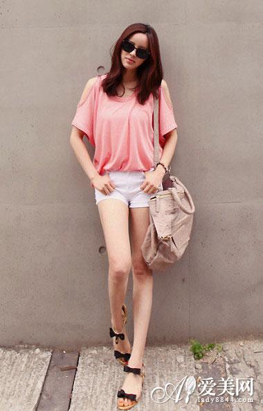搭配:露肩粉红t恤+ 白色牛仔短裤
