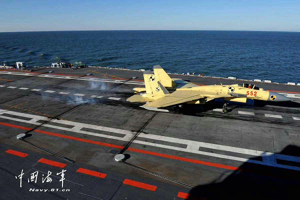 资料图:歼-15舰载机在海军辽宁舰上成功阻拦着舰。胡锴冰 摄