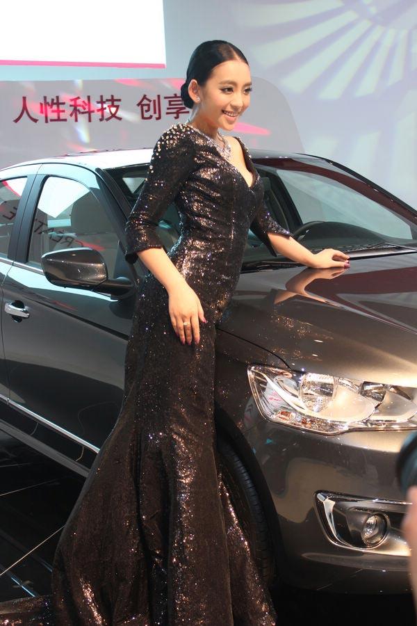 """车展现场,有""""中国第一车模""""美誉的曹阳亲临东风雪铁龙展台,大"""