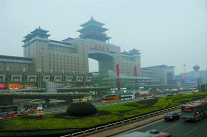 9月30日拍摄的雾霾笼罩下的北京西站。