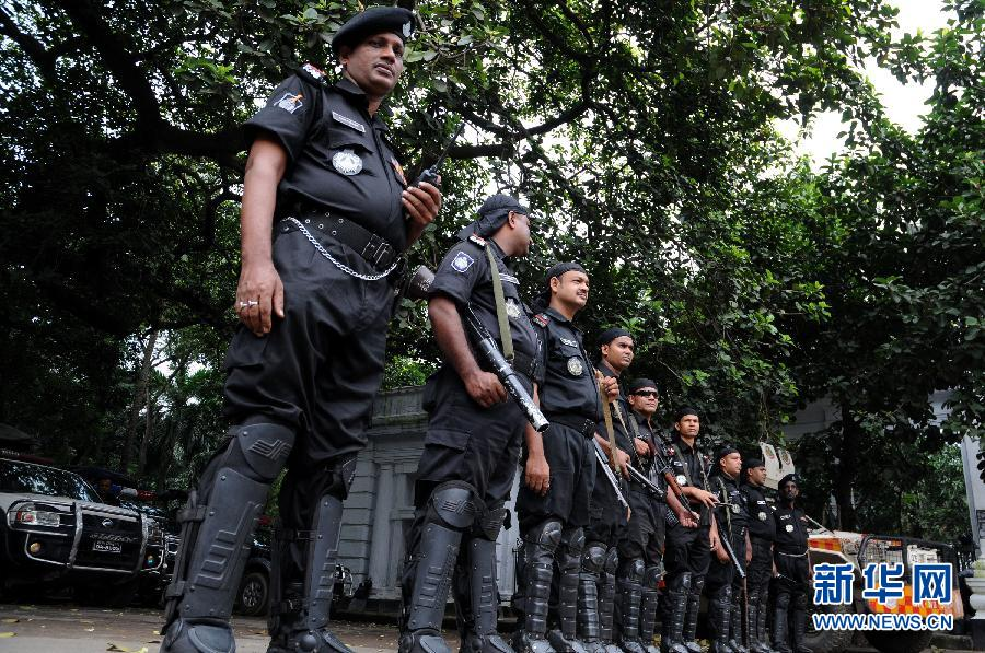 孟加拉国/10月1日,孟加拉国快速反应部队士兵在首都达卡的高等法院外...