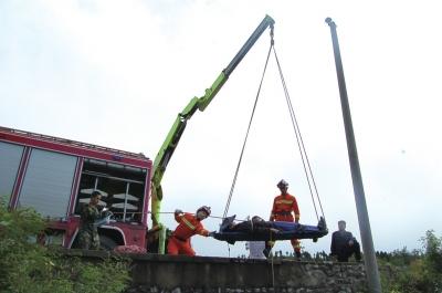消防 男子/受伤男子被成功吊上来。消防供图