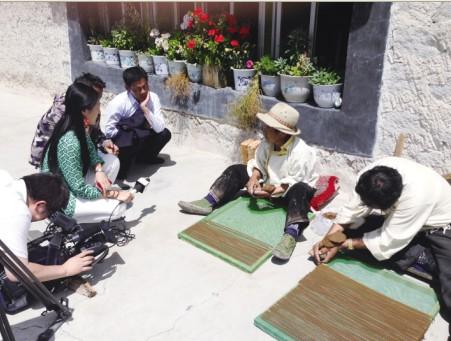 央视记者在西藏拉萨进行采访。中央电视台 供图