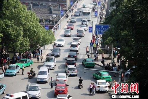 众多自驾游车辆涌入古城。杨华峰 摄