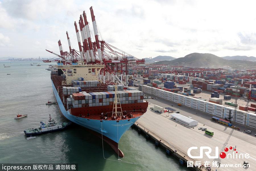 青岛港迎世界最大集装箱船美瑞马士基号首航
