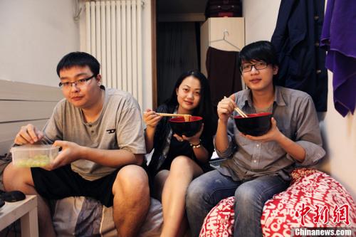 柱子、海生和一子三人在房间的合照。(图片为受访者提供)