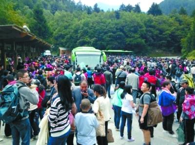 游客拥堵九寨沟至少5小时 景区出动武警维持秩序