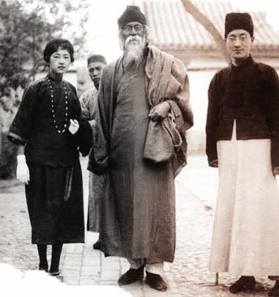 1924年4月,泰戈尔(中立者)首次来华,林徽因(左一)和徐志摩(右一)担任图片