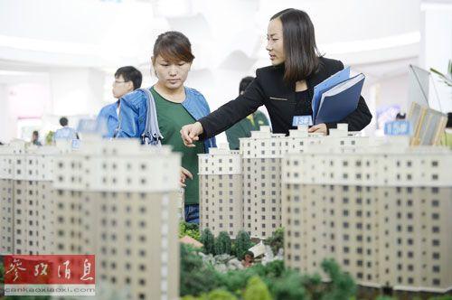 资料图片:10月1日,银川国际会展中心,工作人员向市民介绍一处楼盘。新华社记者王鹏摄