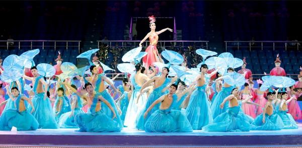 东亚运动会开幕式彩排 美女演员被托起