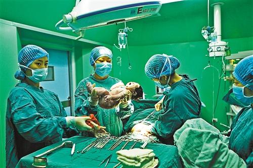 10月5日,永川区计生集爱产妇妇产科教程医院为医生接生.笔记本tn正在图片