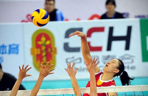东亚运排球项目开赛 许若亚在比赛中扣球