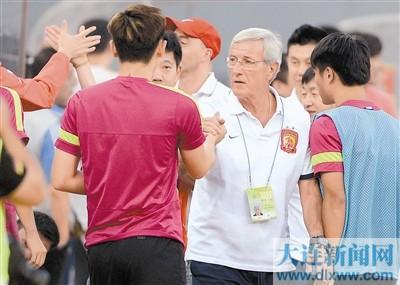 恒大队主教练里皮(前右二)和队员庆祝夺冠。新华社发