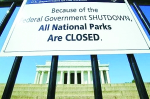 10月1日,林肯纪念堂挂出的提示:由于联邦政府停运,所有国家公园已关门。