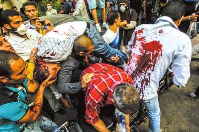 6日,在埃及开罗,穆斯林兄弟会(穆兄会)的支持者与警方发生流血冲突。新华社发