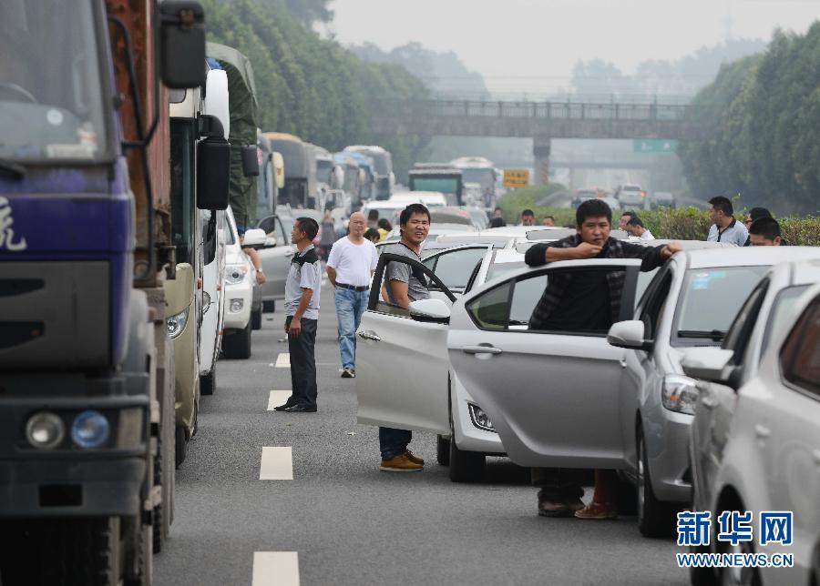 当天,四川境内成雅、雅西、成绵等多条高速拥堵.
