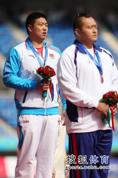 图文:东亚运男子铅球决赛 王广甫唱国歌