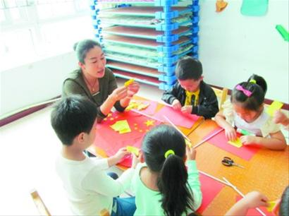 教孩子们用手工纸制作五星红旗.