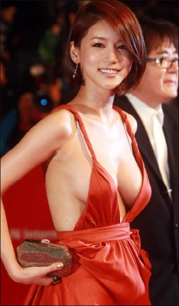 高清:釜山电影节韩女艺人坦胸露背装扮暴露惹v高清(组图)周星驰演的电影西游记图片