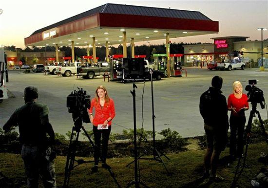 各路媒体聚集在中出巨奖的加油站