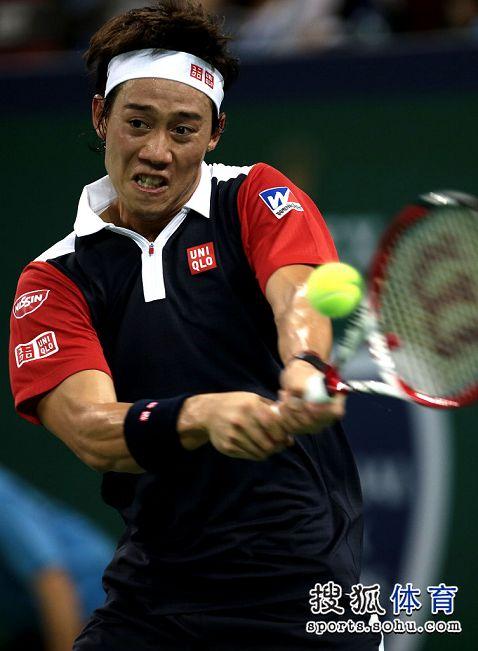 图文:上海赛锦织圭晋级次轮 锦织圭反拍击球
