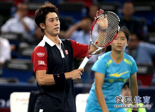 图文:上海赛锦织圭晋级次轮 锦织圭赛后致意