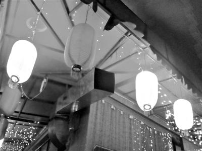 2013年7月8日,沿海赛洛城小区一饭店的烟囱直接向外排烟。新京报记者 王贵彬 摄