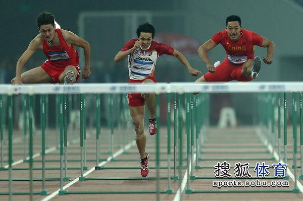 图文:东亚运男子110米栏决赛 三人激烈竞争