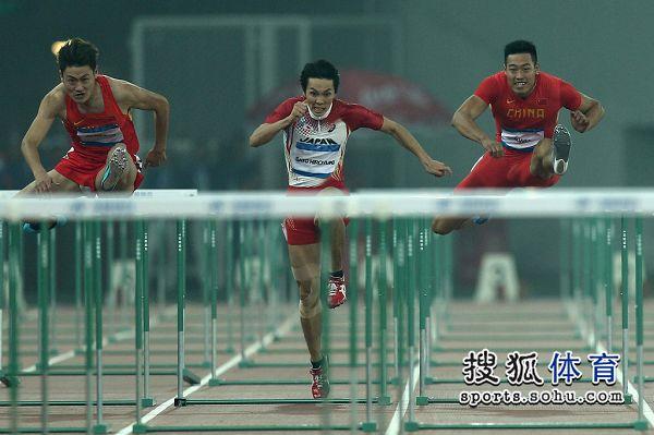 图文:东亚运男子110米栏决赛 江帆飞跃栏杆