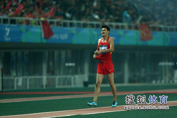 图文:东亚运男子110米栏决赛 江帆赛后