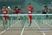 图文:东亚运男子110米栏决赛 江帆领先一步
