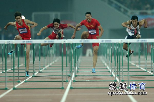 图文:东亚运男子110米栏决赛 比赛激烈进行
