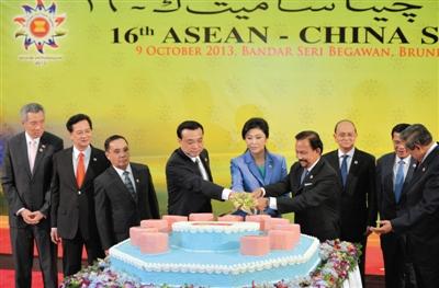 理李克强与东盟领导人共同参加切蛋糕仪式,庆祝中国与东盟建立战图片