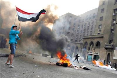 6日,穆尔西和穆兄会的支持者在开罗街头示威,与警方发生冲突。消失了三个多月的前总统穆尔西将于下月受审。