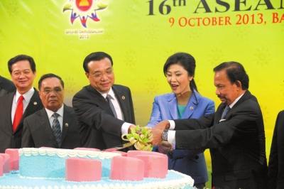 昨天,李克强与文莱苏丹哈桑纳尔・博尔基亚(右一)、泰国总理英拉(右二)在一起切蛋糕,庆祝中国与东盟建立战略伙伴关系10周年。新华社发
