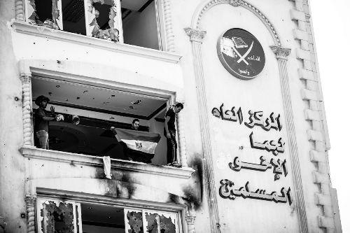 这是今年7月1日示威人群在埃及首都开罗的穆兄会总部大楼内抗议的资料照片。 新华社