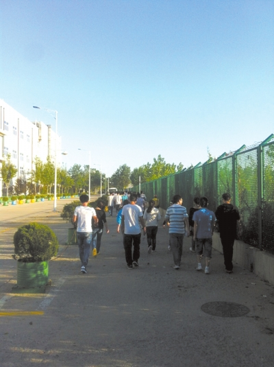 学生们一早走在去烟台富士康上班的路上。受访者供图