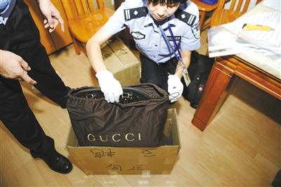 9月5日凌晨,深圳海关缉私人员查获涉嫌走私入境的奢侈品。查扣的奢侈品价值近两亿。深圳海关供图