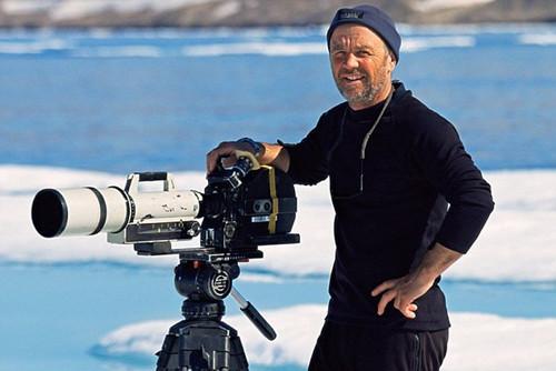 资深摄像师阿兰在参加一个文学节时披露了英国广播公司野生动物纪录片部分镜头造假的消息。