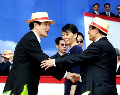 """马英九左和王金平右握手示意,中间是马英九的夫人周美青。图自台湾""""中央社"""""""