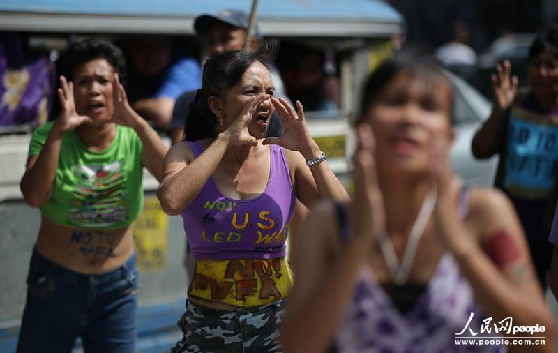 高清:菲律宾妇女跳舞示威 抗议美增加军事部署(组图)