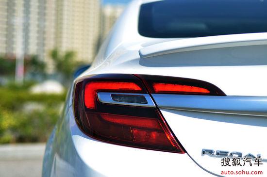 全新君威GS在内饰及座椅方面也充满运动气息,红色缝线的炫黑打孔真皮、金色缝线的棕黑镶拼打孔真皮奠定了全新的风格,满足驾乘者对时尚和运动氛围的喜好。铝合金运动踏板打孔设计,凸显精致感的同时也加强了防滑效果。更是搭载了同级唯一配备BOSE第二代环绕音响系统的车型,通过绕声数字处理技术使11个高保真扬声器,令每位驾乘者都能拥有最佳声觉享受。   同级别升功率最牛的2.