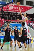 图文:中国男篮战胜日本 翟晓川上篮