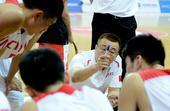 图文:中国男篮战胜日本 范斌布置战术