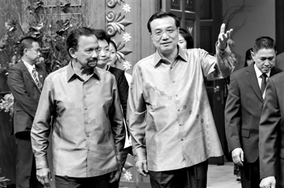 9日晚,国务院总理李克强身着文莱特制的传统服装,出席文莱苏丹为东亚峰会与会领导人举行的欢迎晚宴。
